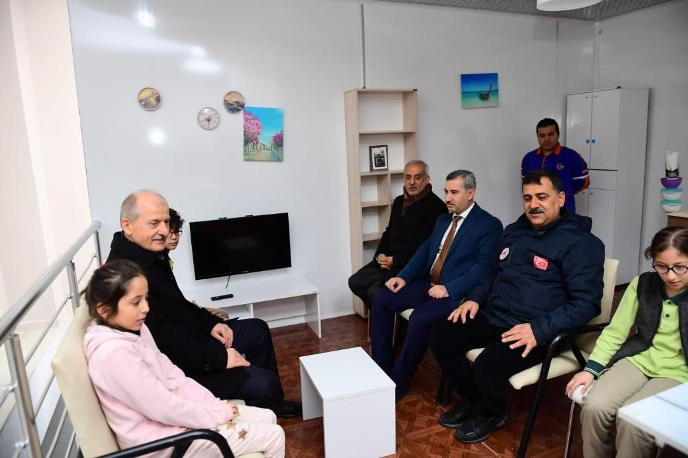 Bakan Yardımcısı Suver, deprem simülasyon odasında heyecanlandı