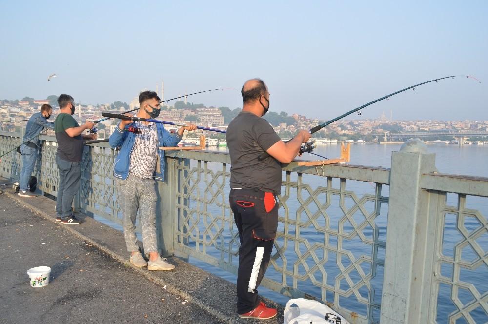 Balık tuttular, sosyal mesafe kuralına uydular