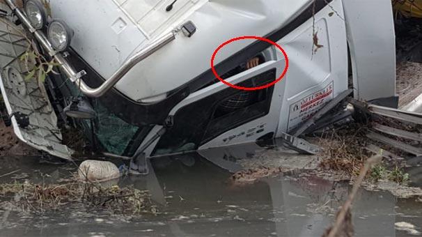 Balıkesir'de dereye uçan TIR'ın sürücüsü kurtarıldı