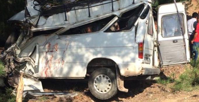 Balıkesir'de düğünden dönen minibüs devrildi: 2 ölü, 8 yaralı