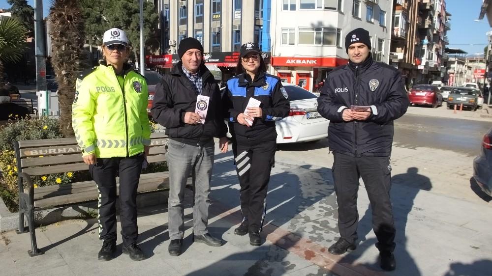 Balıkesir'de, Kadın Polisler, kadın şiddetine dikkat çekmek için broşür dağıttı