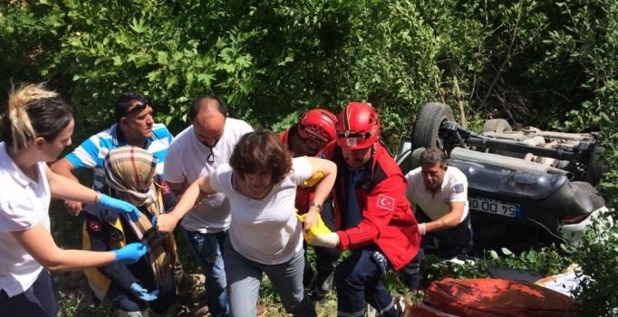 Balıkesir'de otomobil 30 metreden uçuruma yuvarlandı: 2 yaralı