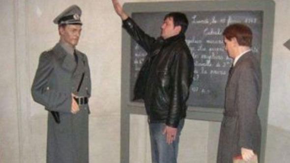 Balmumu heykele verilen Nazi selamı hükümeti sarstı!