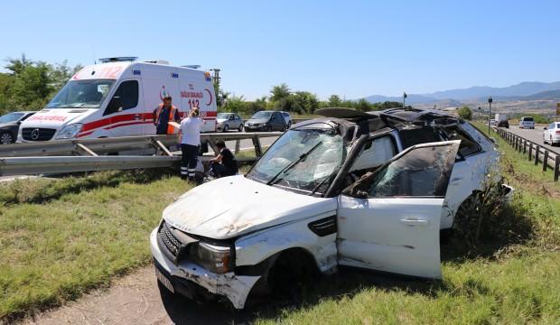 Bariyerlere çarpan lüks cip refüje uçtu: 4 kişi yaralı