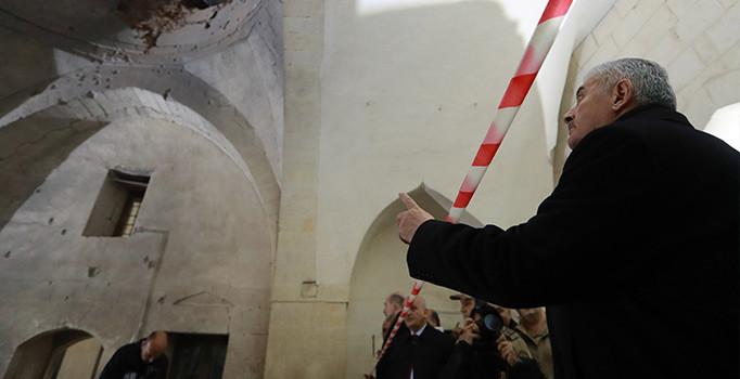 Başbakan Binali Yıldırım PKK'nın roketle saldırdığı camiyi ziyaret etti