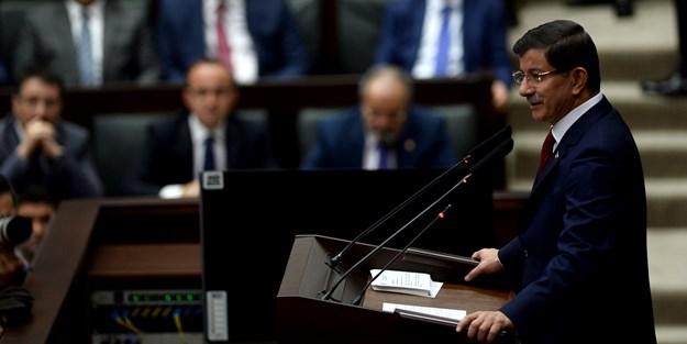 Başbakan Davutoğlu'ndan salonu coşturan Azerbaycan mesajı