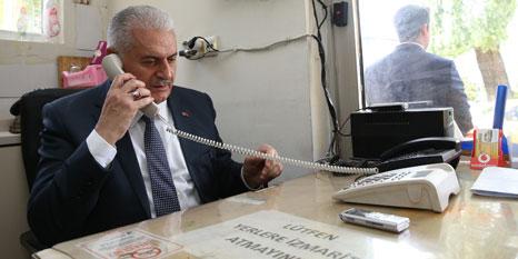 Başbakan taksi durağında telefonlara baktı