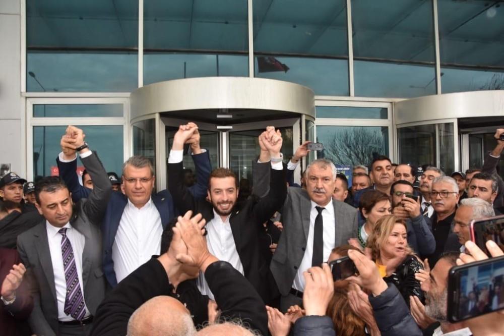 Başkan Aydar'a destek için belediyeye akın ettiler