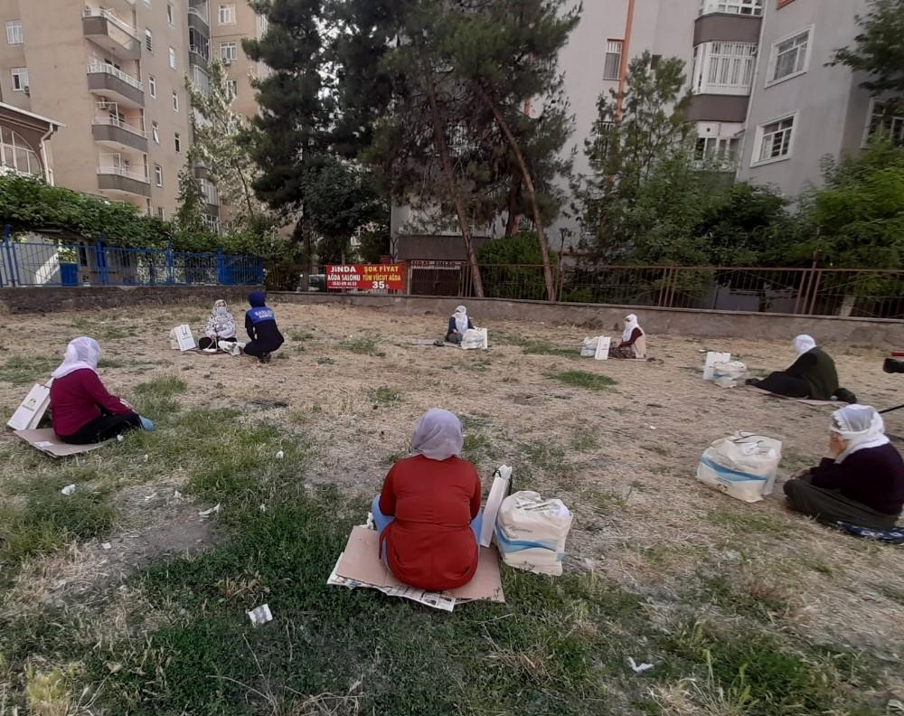 Başkan Beyoğlu'ndan örnek oturma düzeniyle takdir toplayan kadınlara hediye