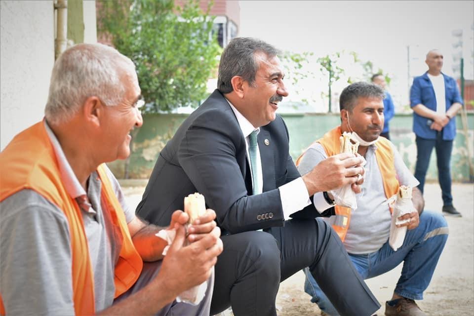 Başkan Çetin bağdaş kurup işçilerle yemek yedi