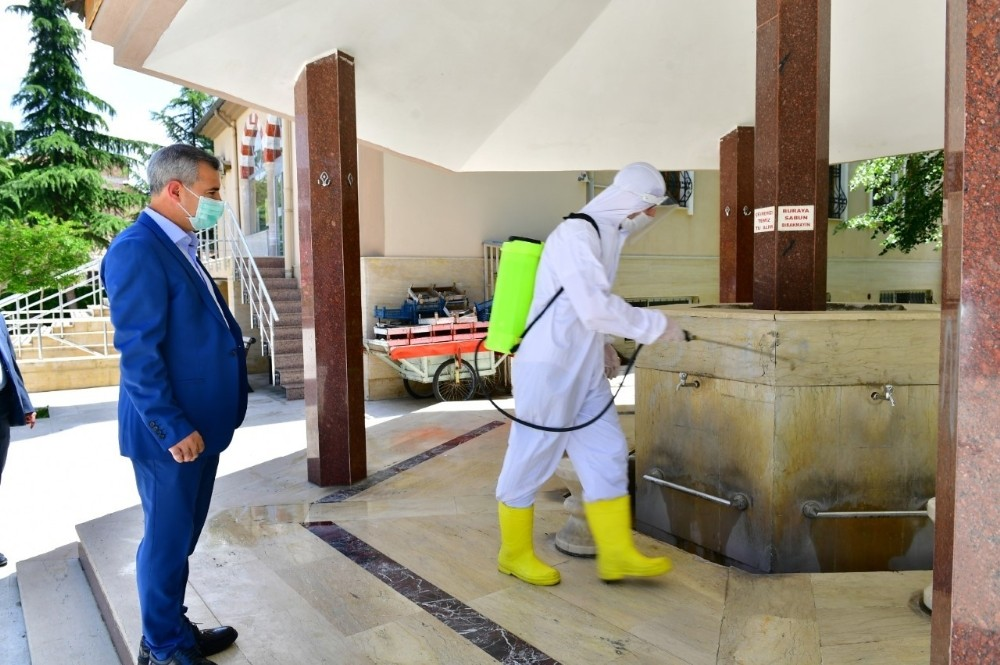 Başkan Çınar, cami dezenfekte çalışmalarını inceledi