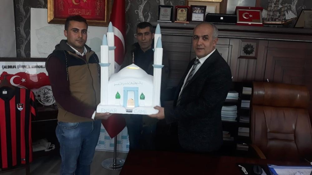 Başkan Ensari'ye 3 bin kişilik caminin maketini hediye ettiler