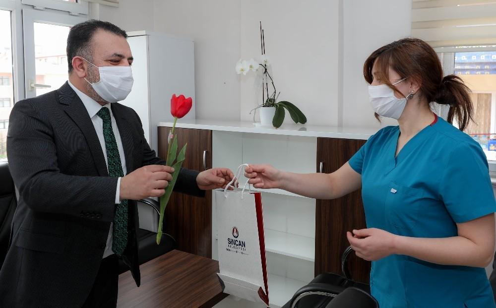 Başkan Ercan sağlıkçı, eczacı ve emniyet personeline lale hediye etti
