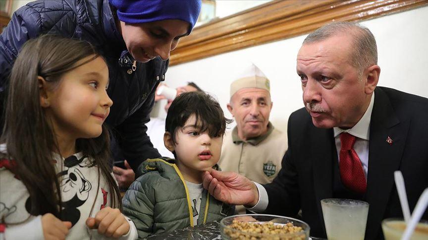 Başkan Erdoğan vatandaşlarla boza içti