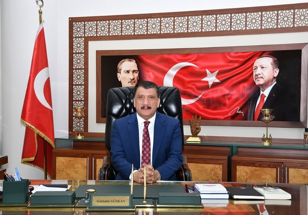 Başkan Gürkan 4, eşi de 2 maaş ile kampanyaya katıldı