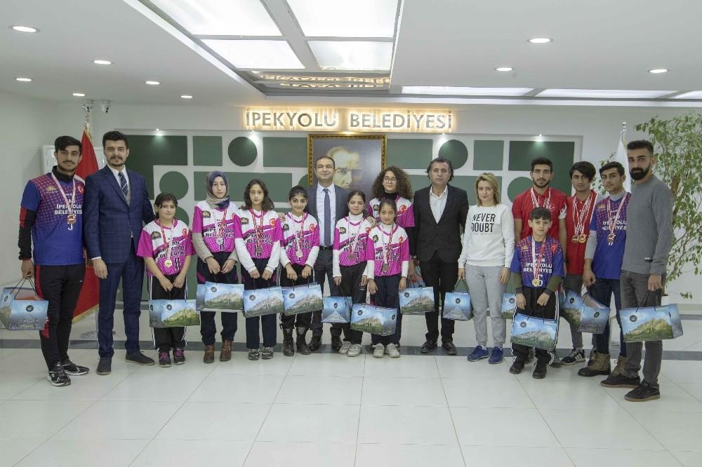 Başkan Vekili Aslan, şampiyon sporcuları kabul etti