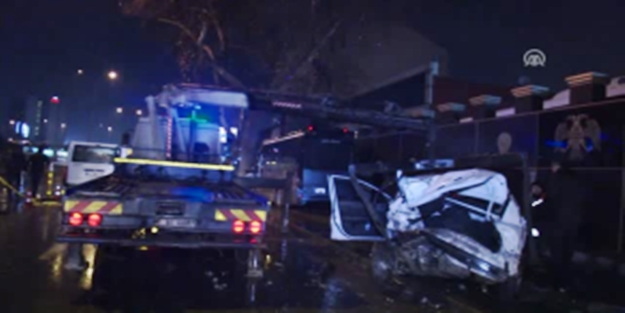 Başkentte polis aracına minibüs çarptı: 3 Yaralı