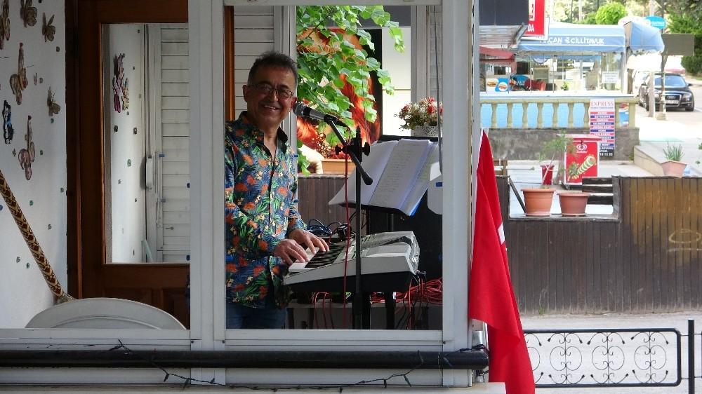 Bayramda evde kalan komşularına balkondan konser verdi