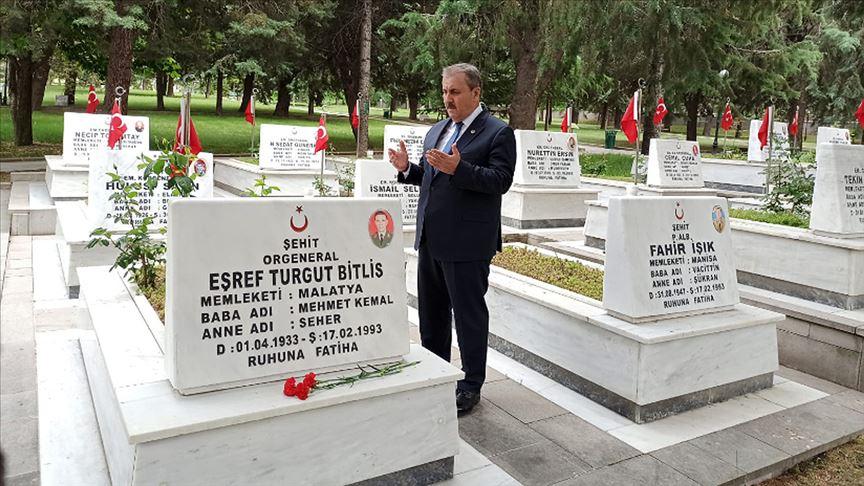 BBP Genel Başkanı Destici ziyaret ettiği şehitlikte şehitler için Kur'an okudu