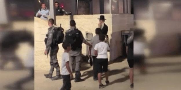 Bebek katili İsrail 10 yaşındaki 2 Filistinli çocuğu gözaltına aldı
