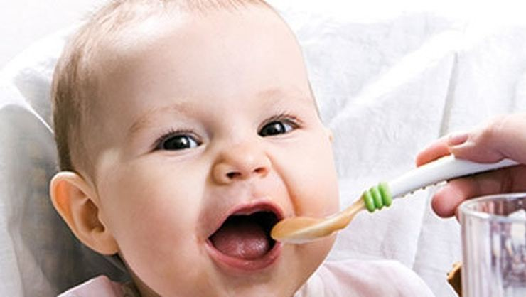 Bebekler hangi ayda hangi besini yer? Bebeklere hangi besinler verilmemeli?