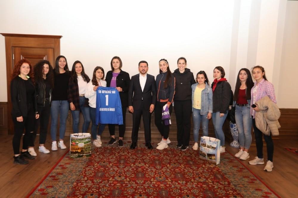Belediye Başkanı Arı, genç sporculara forma hediye etti