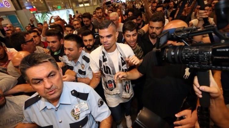 Beşiktaş'ın yeni yıldızı Pepe'yi böyle karşılandı