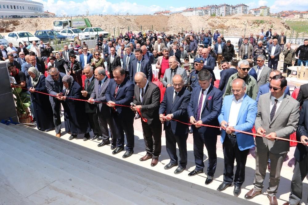Beyşehir'de hayırsever ailenin yaptırdığı cami dualarla ibadete açıldı