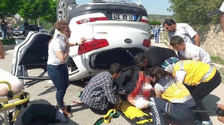 Bilecik'te otomobil,kamyonete çarptı: 4 yaralı