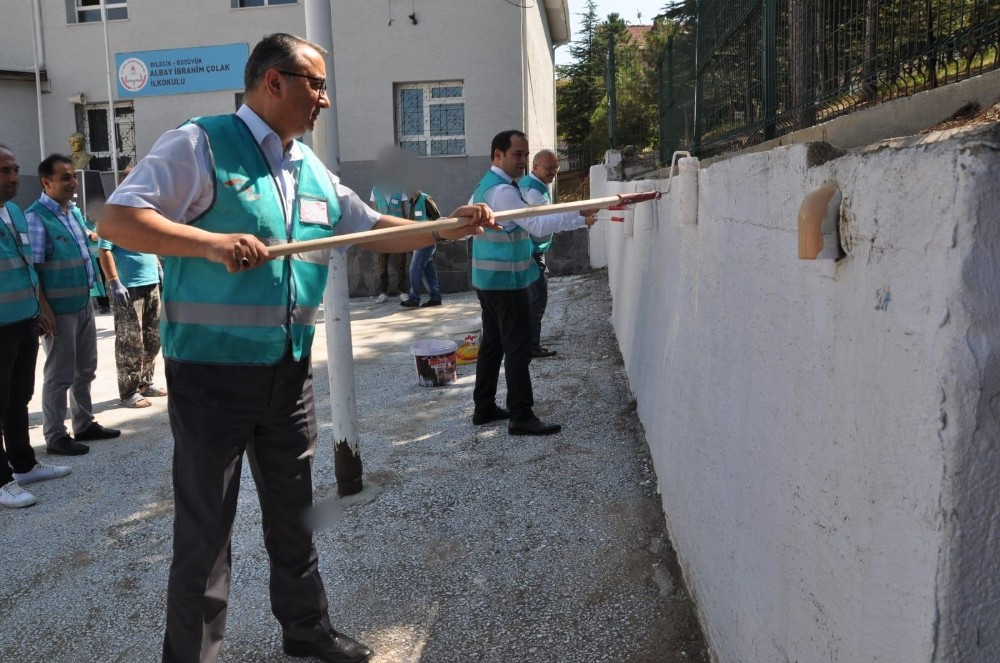 Bilecik'te yükümlüler yaz tatilinde okulları boyuyor