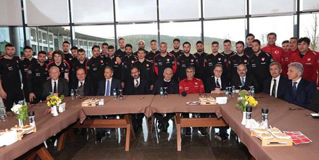 Binali Yıldırım, A Milli Futbol Takımını ziyaret etti