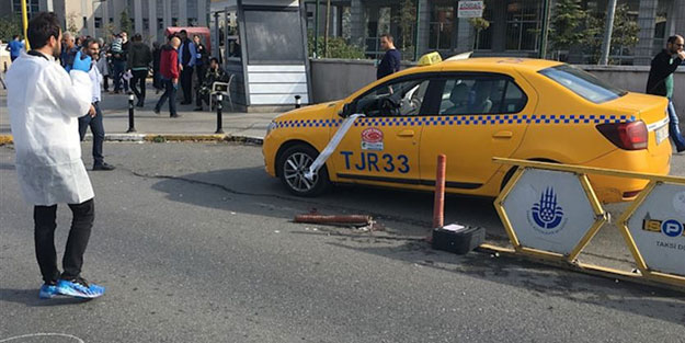 Bindiği taksinin şoförünü silahla yaraladı