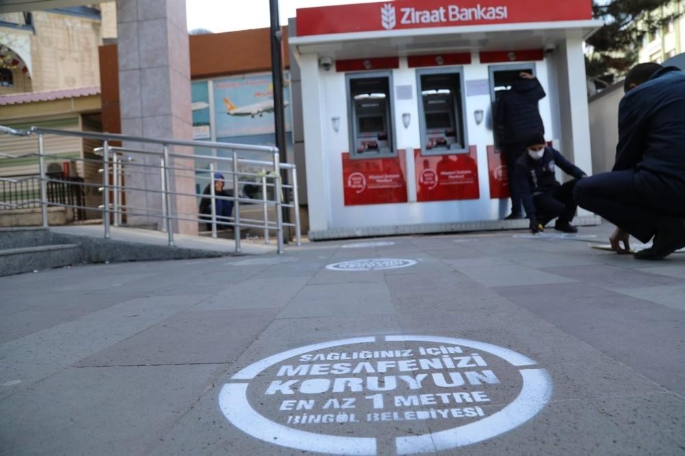Bingöl'de ATM önlerine sosyal mesafe uyarısı