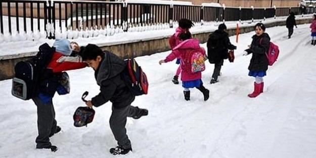 Bir ilçede okullara kar tatili