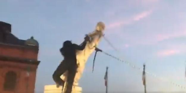 Bir put daha yıkıldı! Sömürgeci Kolomb'un heykeli denizi boyladı