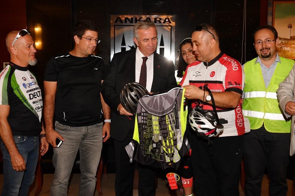 Bisiklet sporcularından Başkan Mansur Yavaş a ziyaret
