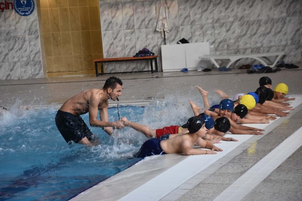 Bitlisli çocuklar yüzme öğreniyor