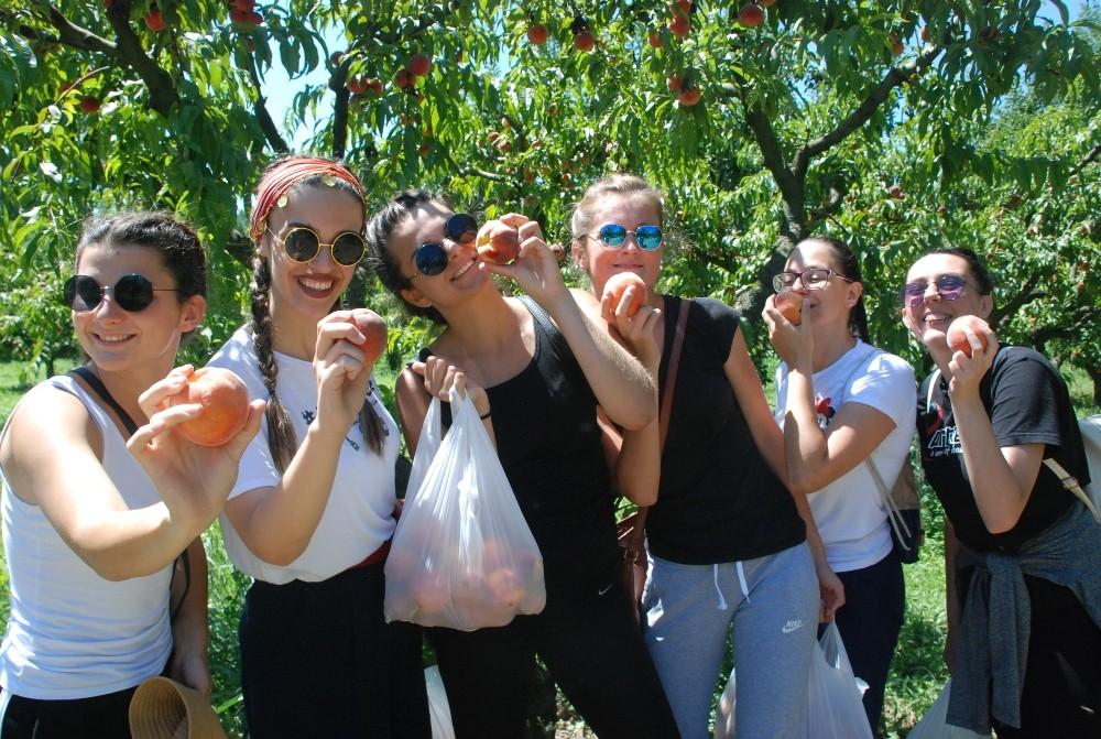 Bosna Hersekli öğrenciler hamur açtı, gözleme pişirdi
