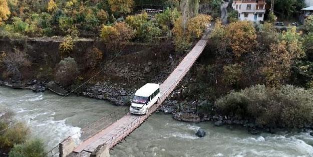 Bu köyün tek girişi, kapılı asma köprü