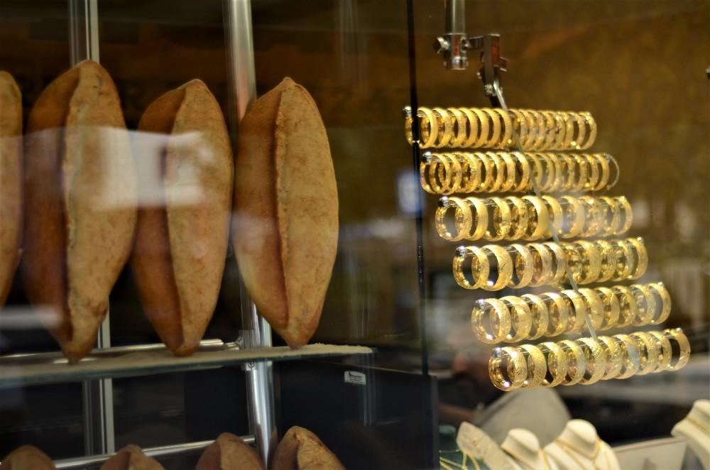 Bu kuyumcuya 'altın' almaya gelen 'ekmek' alıp çıkıyor