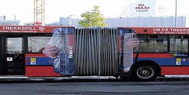 Bu otobüs reklâmları görenleri şaşırtıyor!