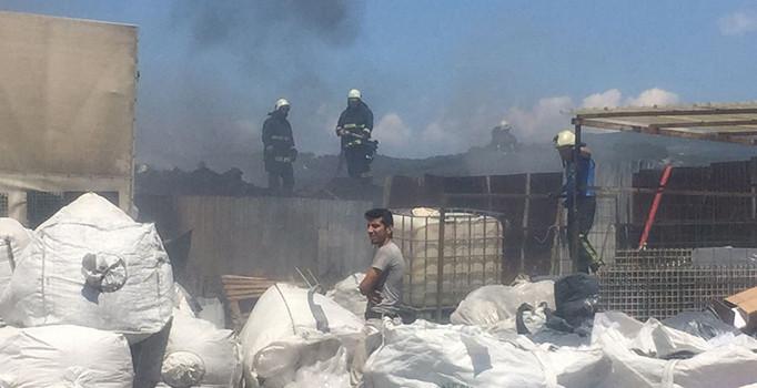 Bursa'da cam şişe patladı, tonlarca geri dönüşüm atığı alev alev yandı