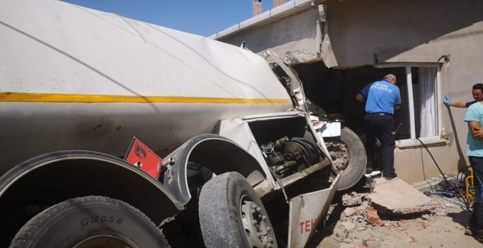 Bursa'da freni boşalan tanker eve girdi