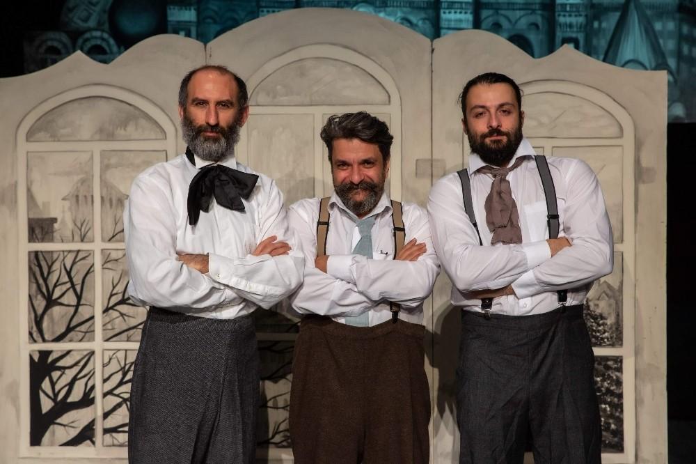 Bursalı Adranos Tiyatro'dan bir palto uyarlaması