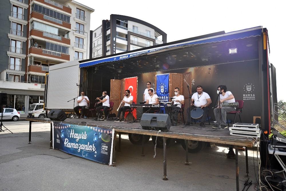 Bursalılar 'gezici sahne' ile moral depoluyor
