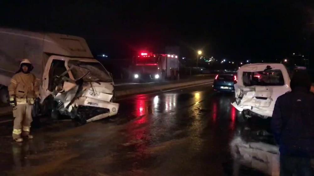 Büyükçekmece'de kamyonet minibüse çarptı: 2 yaralı