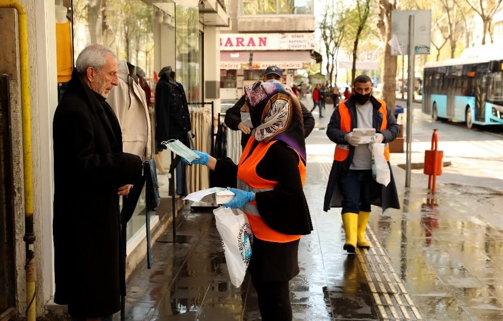 Büyükşehir Belediyesi günlük 61 bin maske dağıtıyor