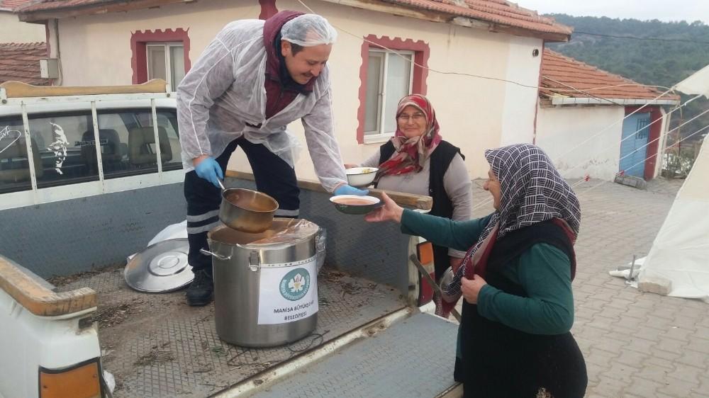 Büyükşehirden Akhisarlı depremzedelere çorba yardımı