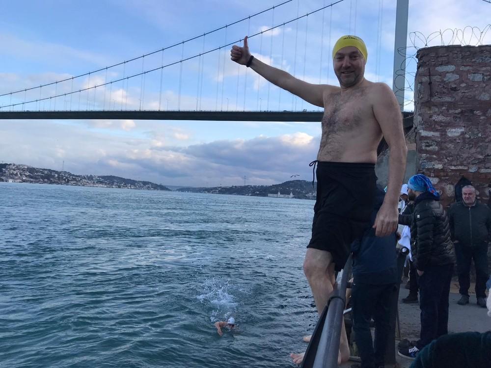 Buz gibi havada İstanbul Boğazı'nda yüzdüler