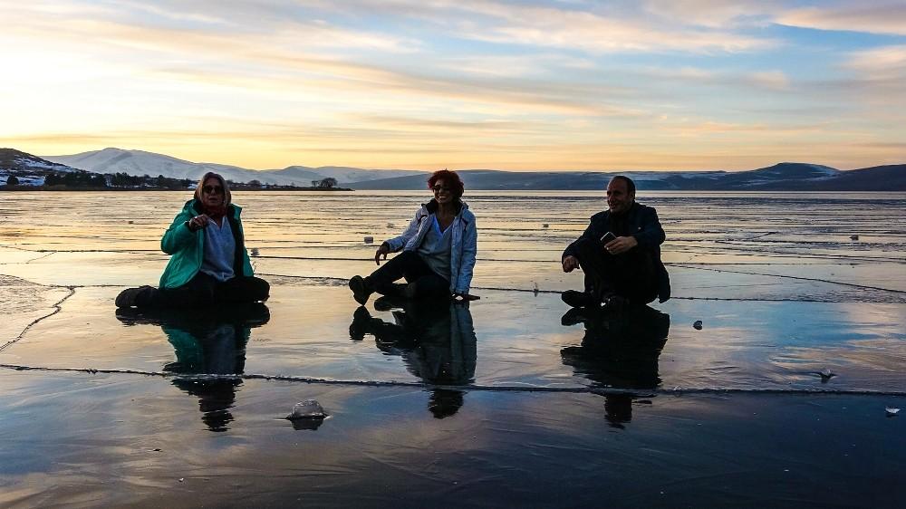 Buz tutan Çıldır Gölü üzerinde çay keyfi